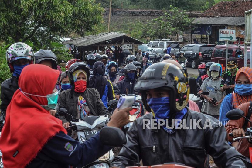 Petugas memeriksa pengendara di pos pemeriksaan (check point) di perbatasan Kabupaten Tasikmalaya dengan Kabupaten Ciamis, Jawa Barat