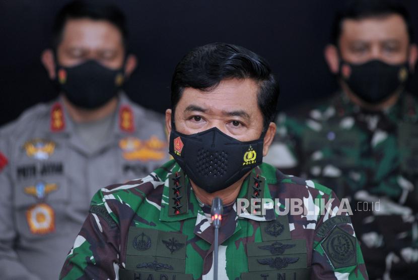 Panglima TNI Marsekal TNI Hadi Tjahjanto (tengah) memerintahkan jajarannya bersiap hadapi lonjakan kasus Covid-19.