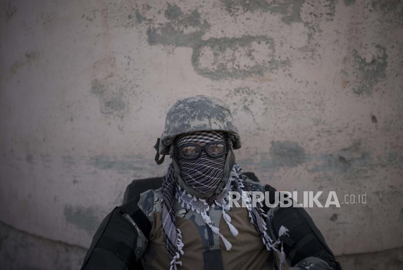Seorang pejuang Taliban menjaga pintu masuk penjara Pul-e-Charkhi di Kabul, Afghanistan.