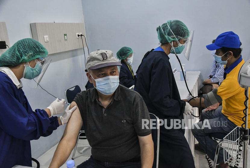 Sejumlah warga lanjut usia (lansia) mengikuti vaksinasi COVID-19 Sinovac tahap pertama di Bekasi, Jawa Barat, Senin (15/3/2021). Pemerintah Kota Bekasi menargetkan 5.200 warga lansia mengikuti vaksinasi sebagai upaya mencegah penyebaran wabah COVID-19.