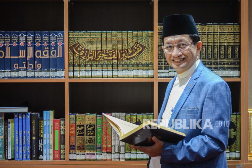 Imam Besar Masjid Istiqlal Nasaruddin Umar berpose saat wawancara khusus bersama Republika di ruangannya di Masjid Istiqlal, Jakarta, Selasa (28/7). Dalam wawancara tersebut membahas tentang progres renovasi Masjid Istiqlal.