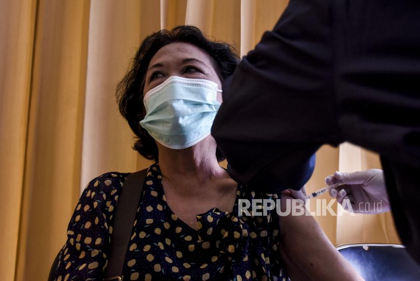 Vaksinator menyuntikkan vaksin Covid-19 ke warga lanjut usia (lansia) di Rumah Sakit Al Islam (RSAI), Jalan Soekarno Hatta, Kota Bandung, Jumat (26/2). Sedikitnya 120 ribu lansia menjadi sasaran dalam vaksinasi Covid-19 dosis pertama tahap kedua di Kota Bandung. Foto: Abdan Syakura/Republika