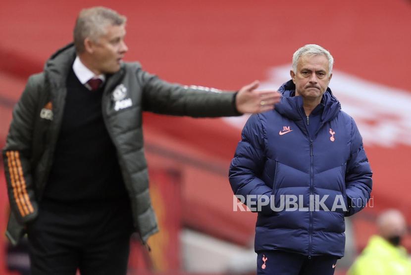 Pelatih Manchester United (MU) Ole Gunnar Solskjaer (kiri) dan mantan pelatih MU yang kini menukangi Tottenham Hotspur Jose Mourinho.
