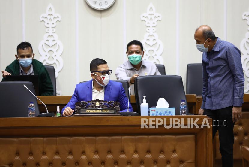 Ketua Komisi II DPR Ahmad Dolly Kurnia (kiri) bersama Wakil ketua Komisi II DPR  Saan Mustopa (kanan) saat memberikan penjelasan kepada Badan Legislasi DPR, di Gedung Nusantara I, Senayan, Jakarta, Senin (16/11/2020). Komisi II  DPR sebagai pengusul memberikan penjelasan atas revisi UU Nomor 7 Tahun 2017 tentang Pemilu.