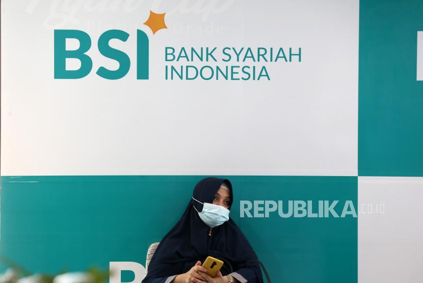 Seorang nasabah menunggu gilirannya untuk memigrasikan rekening bank konvensional ke rekening bank syariah, di cabang Bank Syariah Indonesia (BSI) di Banda Aceh, Indonesia, 07 Juni 2021.