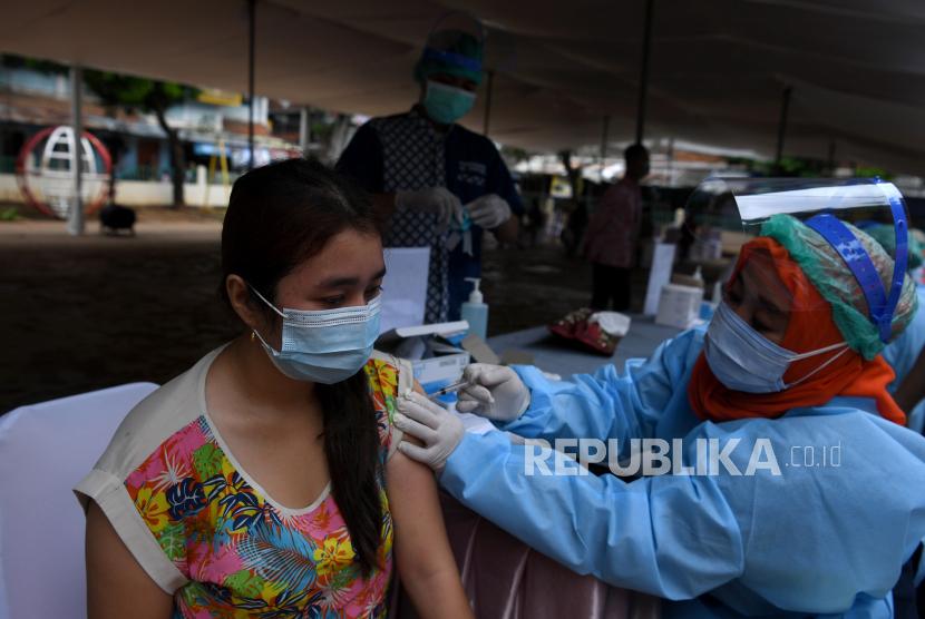 Petugas kesehatan menyuntikkan vaksin COVID-19 AstraZeneca kepada warga di Rusun Tanah Tinggi, Jakarta Pusat, Senin (14/6/2021). Gubernur DKI Jakarta Anies Baswedan menargetkan vaksinasi COVID-19 di Ibu Kota bisa mencapai tiga juta warga hingga akhir Juni tahun ini.