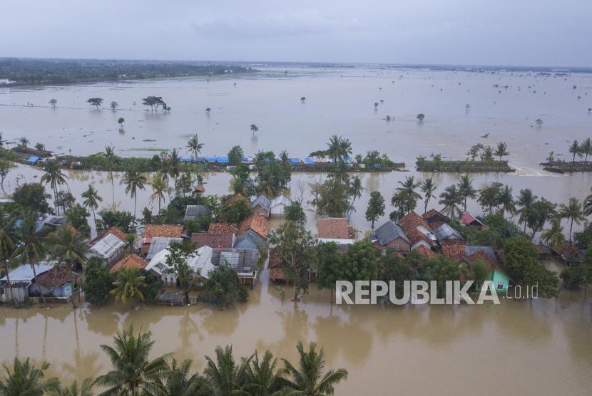 Foto udara banjir di Kampung Babakan Banten, Pebayuran, Kabupaten Bekasi, Jawa Barat, Senin (22/2/2021). Banjir yang disebabkan tanggul Sungai Citarum jebol tersebut mengakibatkan lima desa terisolir selama tiga hari.