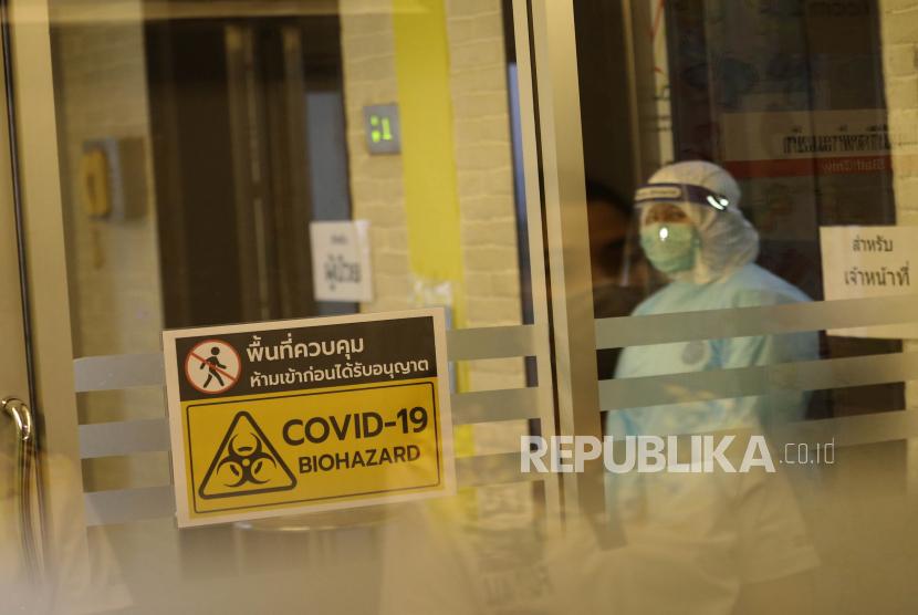Seorang petugas kesehatan Thailand yang mengenakan Alat Pelindung Diri (APD) saat bertugas di rumah sakit lapangan khusus pasien COVID-19 di Kampus Rangsit Universitas Thammasat di provinsi Pathum Thani, Thailand, Senin (11/1). Rumah Sakit Lapangan Universitas Thammasat yang dikhususkan untuk pasien COVID-19 tersebut mulai dibuka layanan pada hari ini dan memiliki kapasitas 308 hingga 400 tempat tidur, untuk pasien bergejala ringan. Gelombang baru pandemi COVID-19 telah melanda thaliand dengan ratusan kasus lokal dilaporkan setiap hari di 28 provinsi yang disebut