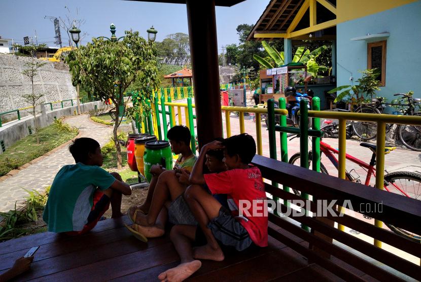 Anak-anak bermain di bungalow di jalur pedestrian pascarevitalisasi di tepi Sungai Gajahwong, Mujamuju, Yogyakarta.