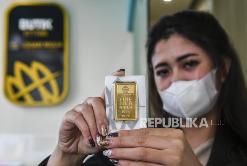 Karyawan menunjukan emas batangan di Butik Emas Antam, Kebon Sirih, Jakarta. Harga emas Antam turun tipis, setelah sempat naik cukup tinggi kemarin. Pada Rabu (23/6), harga emas Antam tercatat di level Rp 930.000 per gram. Angka ini turun Rp 2.000 dibandingkan perdagangan pada Selasa (22/6).