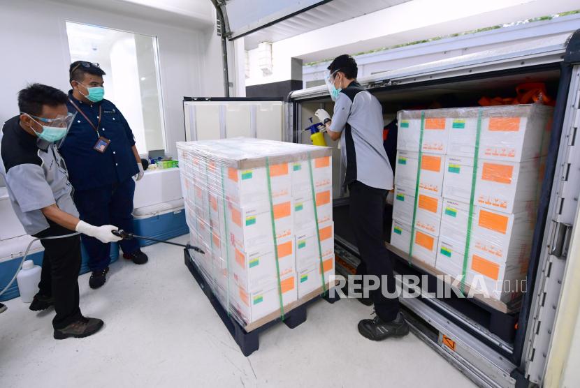 Petugas menyemprotkan cairan desinfektan kontainer berisi vaksin COVID-19 setibanya, di Kantor Pusat Bio Farma, Bandung, Jawa Barat, Senin (7/12/2020). Vaksin COVID-19 produksi perusahaan farmasi Sinovac, China tersebut disimpan dalam ruangan pendingin dengan suhu 2-8 derajat celcius, selanjutnya akan dilakukan pengambilan sampel untuk pengujian mutu oleh tim dari Badan Pengawas Obat dan Makanan (BPOM) dan Bio Farma.
