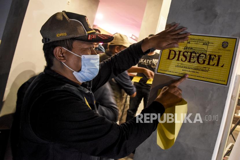 Satu kafe di Palembang dikenakan tipiring karena melanggar aturan PPKM skala mikro. Ilustrasi.