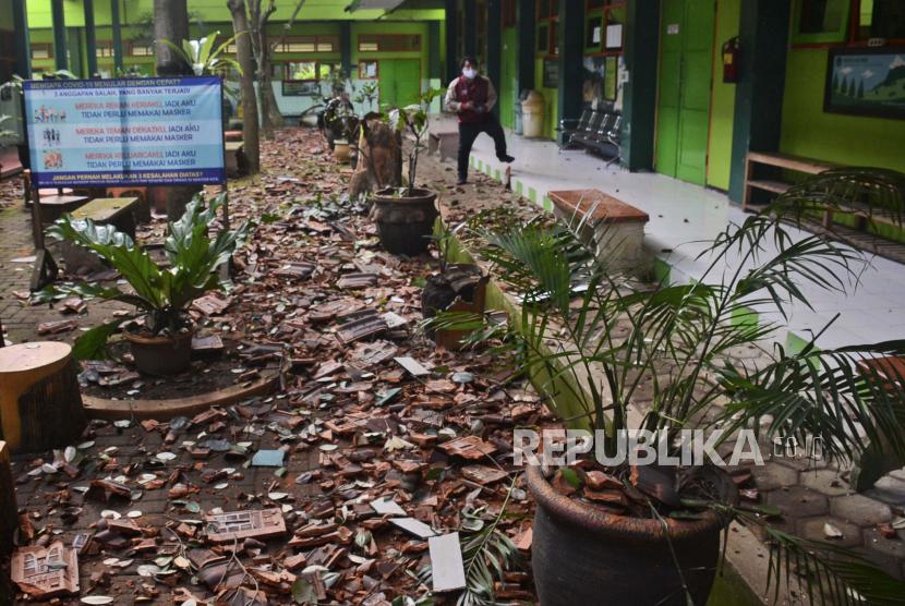 Potongan-potongan genteng dan puing-puing lainnya berserakan di tanah di sebuah sekolah setelah gempa bumi di Malang, Jawa Timur, Indonesia, Sabtu, 10 April 2021.