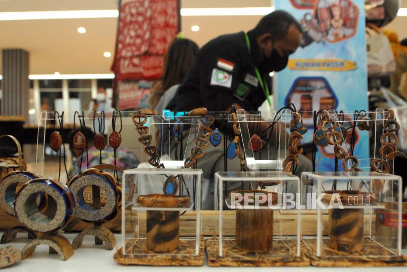 Pengunjung melihat salah satu produk kerajinan tangan berbahan bambu, kulit pala dan batok kelapa yang dipamerkan di Manado, Sulawesi Utara, Rabu (22/9/2021). Puluhan produk Usaha Menengah, Kecil dan Mikro (UMKM) yang telah lolos kurasi kegiatan Gerakan Nasional Bangga Buatan Indonesia (Gernas BBI) tersebut dipamerkan dan diharapkan mampu menumbuhkan kecintaan masyarakat terhadap produk dalam negeri serta dapat mengembangkan pasar produk UMKM yang lebih luas.