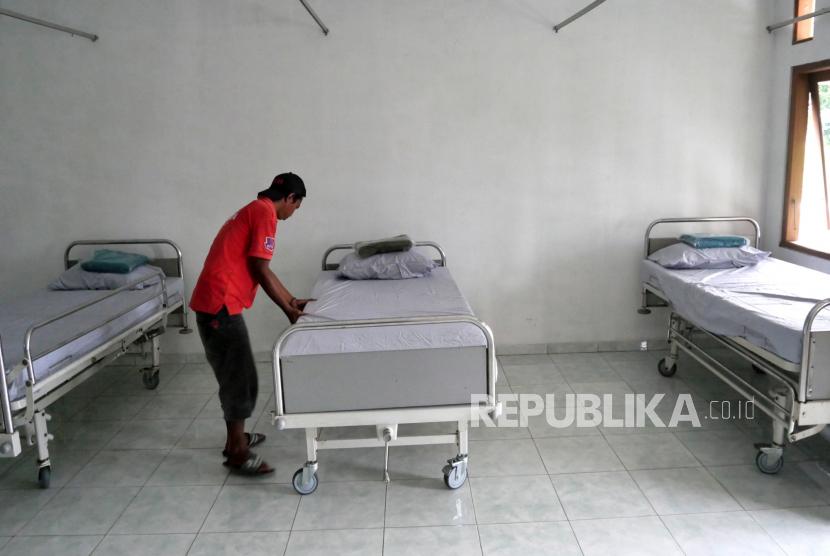 Pekerja membersihkan tempat tidur pasien di Klinik Permata Bhakti, Moyudan, Sleman, Yogyakarta, Senin (8/2). Pemkab Sleman mengaktifkan kembali klinik yang setahun tidak beroperasi. Klinik ini nantinya akan menjadi rumah sakit lapangan khusus Covid-19 bagi ibu bersalin.