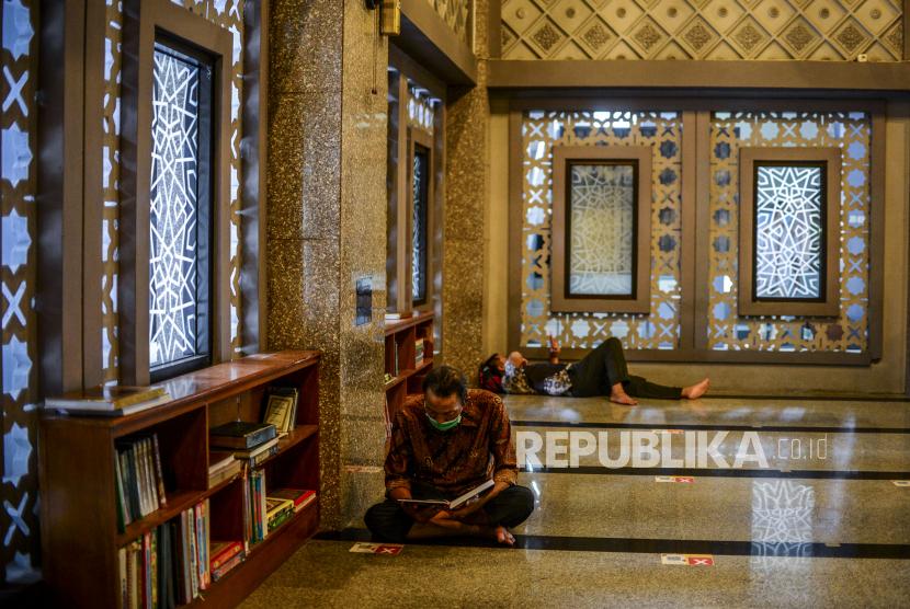 Bogor Izinkan Warga Ibadah di Masjid dengan Prokes. Umat Muslim membaca Al-Quran saat hari pertama puasa Ramadhan 1442 Hijriah di Masjid Raya Bogor, Kota Bogor, Jawa Barat, Selasa (13/4). Umat Muslim memanfaatkan waktu menunggu berbuka puasa dengan melakukan ibadah di masjid seperti melakukan tadarus atau membaca kitab suci Al-Quran. Republika/Putra M. Akbar