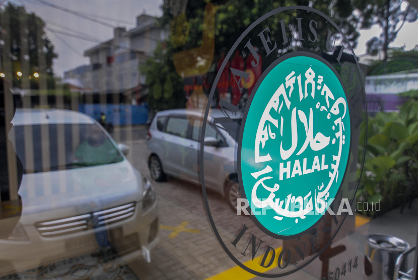 Kaca yang dipasangi stiker sertifikasi halal
