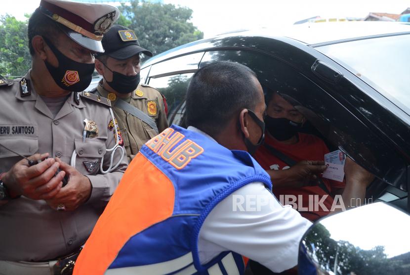 Petugas memeriksa dokumen kendaraan di titik penyekatan mudik (ilustrasi).