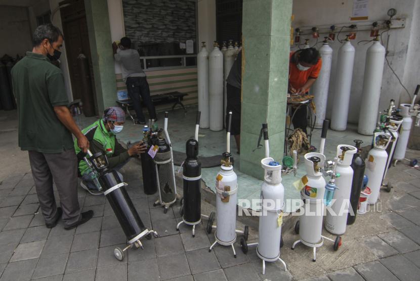 Sejumlah warga menaruh tabung oksigen saat mengantre isi ulang oksigen di Depok, Jawa Barat, Senin (5/7/2021). (ilustrasi)