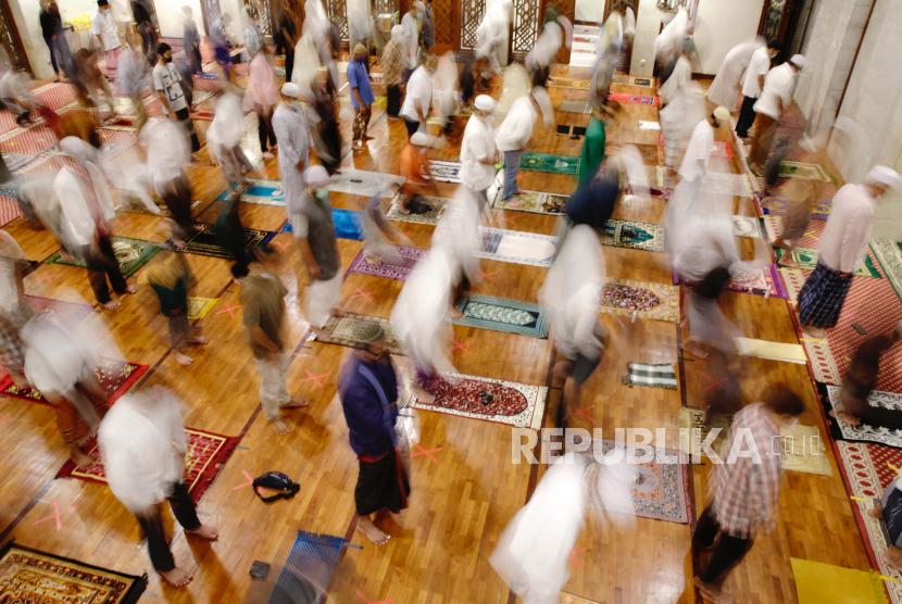 Umat Muslim Indonesia shalat selama sholat Tarawih pertama pada malam Ramadhan