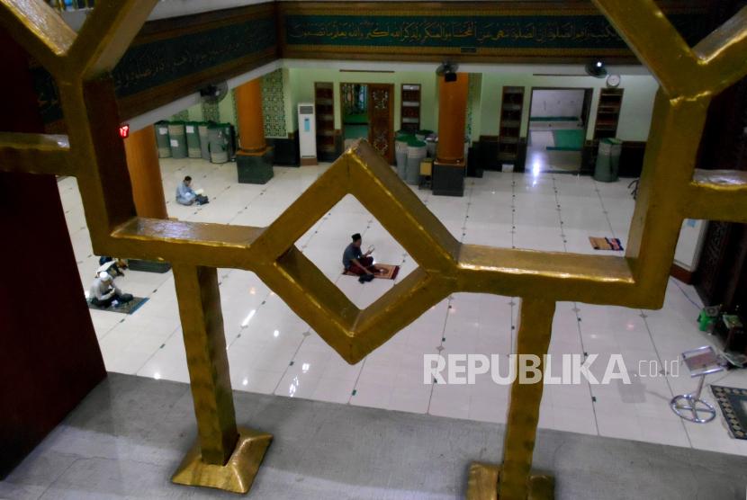 Jamaah membaca Al Quran saat beritikaf pada malam terakhir Ramadhan di Masjid Agung Al-Barkah, Bekasi, Jawa Barat, Selasa (11/5/2021). Malam ke-30 tersebut merupakan itikaf terakhir Ramadhan 1442 Hijriah setelah Pemerintah menetapkan 1 Syawal 1442 Hijriah jatuh pada Kamis (13/5/2021).