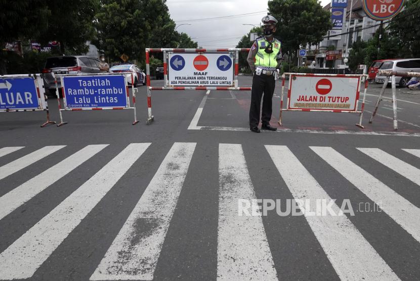 Polisi melakukan penutupan ruas jalan Jenderal Sudirman di Simpang Palma, Purwokerto, Banyumas, Jawa Tengah, Sabtu (3/7/2021). Satgas COVID-19 Kabupaten Banyumas melakukan penutupan sejumlah ruas jalan protokol, mulai pukul 14.00 -06.00 WIB selama masa PPKM darurat, untuk mengurangi pergerakan dan mencegah warga berkumpul.