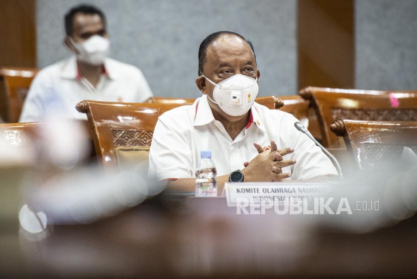 Ketua Umum Komite Olahraga Masional Indonesia (KONI) Pusat Marciano Norman (tengah).