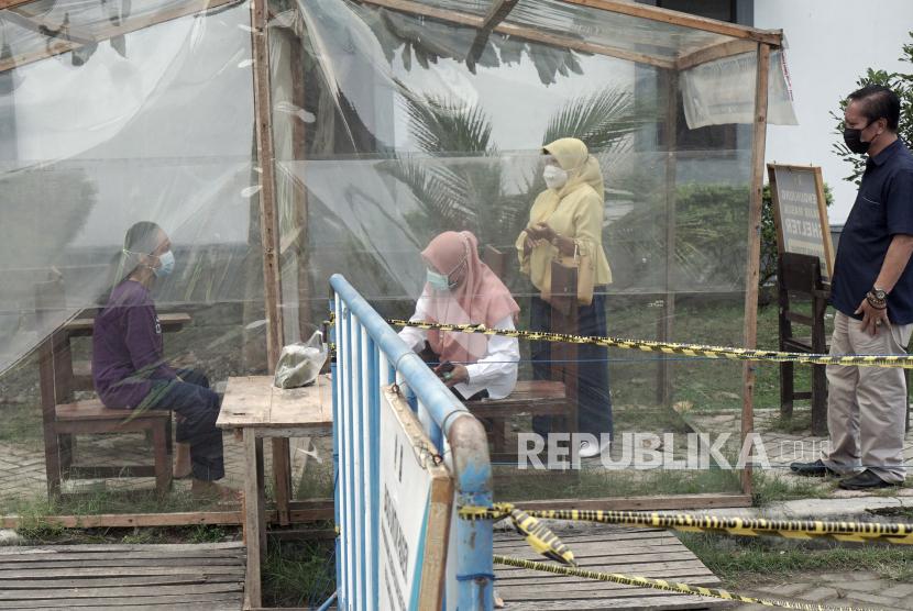 Warga membesuk keluarganya yang dikarantina di Rumah Sakit Darurat COVID-19 Tulungagung, Tulungagung, Jawa Timur, Rabu (23/6/2021). Lonjakan kasus COVID-19 setelah munculnya klaster Latsar ASN dimana sebanyak 78 orang terkonfirmasi positif tersebut menyebabkan RSDC yang berkapasitas 120 tempat tidur itu penuh.