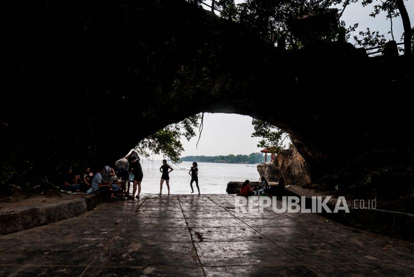 Pengunjung menikmati suasana dan keindahan Pantai Carita, Pandeglang, Banten, Ahad (26/9). Pemerintah melalui Kementerian Pariwisata dan Ekonomi Kreatif (Kemenparekraf) menargetkan perolehan devisa pariwisata kembali meningkat pada tahun 2022 mendatang.