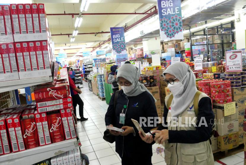 Petugas BPOM melakukan pemeriksaan bahan makanan di pusat perbelanjaan.