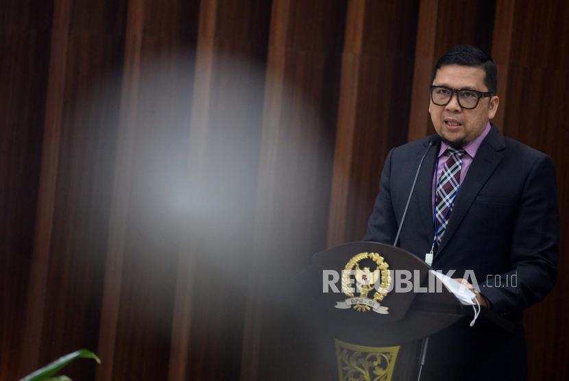 Ketua Komisi II DPR RI Ahmad Doli Kurnia Tanjung berasma anggota Komisi II memberikan keterangan pers terkait penyelenggaraan Uji Kelayakan dan Kepatutan calon anggota Ombudsman RI di Lobi Nusantara III, Kompleks Parlemen, Jakarta, Kamis (21/1). Komisi II DPR RI telah menerima 18 calon anggota Ombudsman RI periode 2021-2026 dari Presiden Joko Widodo, selanjutnya Komisi II akan melakukan Uji Kelayakan dan Kepatutan yang akan dilaksanakan pada 26-27 Januari 2021.Prayogi/Republika.