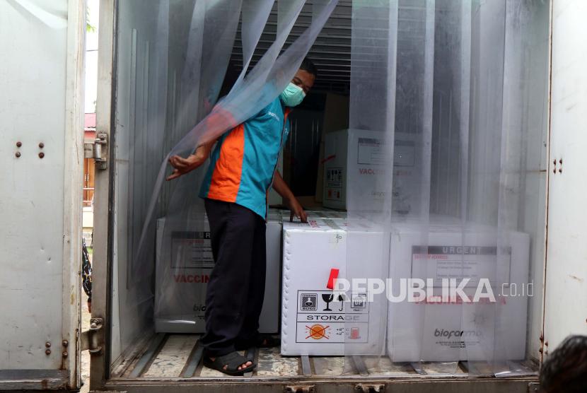 Petugas melakukan bongkar muat vaksin COVID-19 Sinovac saat tiba di gudang vaksin (cold room) milik Dinas Kesehatan Provinsi Bengkulu, di Bengkulu, Senin (4/1/2021). Sebanyak 20.280 dosis vaksin COVID-19 Sinovac tiba di Bengkulu selanjutnya akan didistribusikan ke Kab/Kota dengan prioritas peruntukkan kepada tenaga kesehatan dan pelayanan publik.
