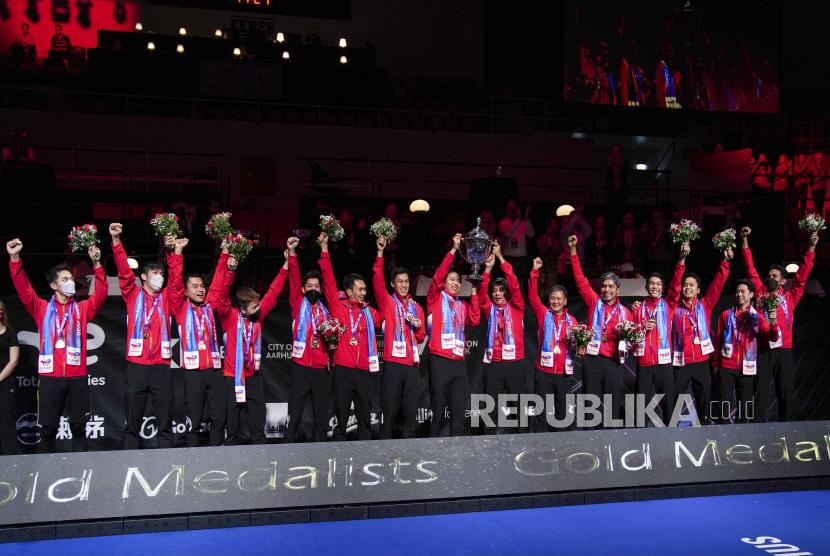 Pemain Indonesia melakukan selebrasi usai menjuarai turnamen bulu tangkis beregu putra Piala Thomas di Aarhus, Denmark, Minggu 17 Oktober 2021.