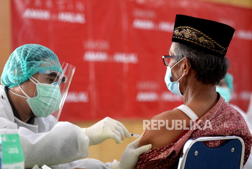 Jamaah calon haji mengikuti vaksinasi Covid-19 massal di Halaman Dinas Kesehatan Bantul, Yogyakarta, Selasa (6/4). Sebanyak 400 jamaah calon haji kategori lanjut usia mengikuti vaksinasi Covid-19 massal. Waktu penyuntikan vaksin Covid-19 dilakukan dua hari.