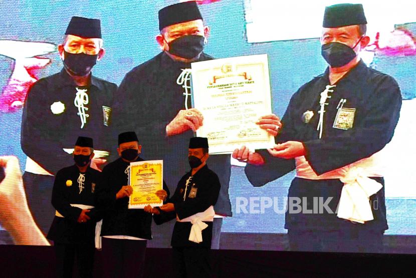 Ketua Umum Persaudaraan Setia Hati Terate (PSHT) R Moerdjoko (kanan) bersama Ketua Dewan Pusat PSHT Issoebiantoro (kiri) menyerahkan Piagam Penganugerahan Warga Kehormatan Utama PSHT kepada Ketua Dewan Perwakilan Daerah (DPD) RI AA La Nyalla Mahmud Mattalitti (tengah) di Kota Madiun, Jawa Timur, Minggu (17/10/2021). Perguruan Silat PSHT menganugerahkan warga kehormatan kepada Ketua DPD RI AA La Nyalla Mahmud Mattalitti dan Ketua Badan Perlindungan Konsumen Nasional Rizal E Halim.