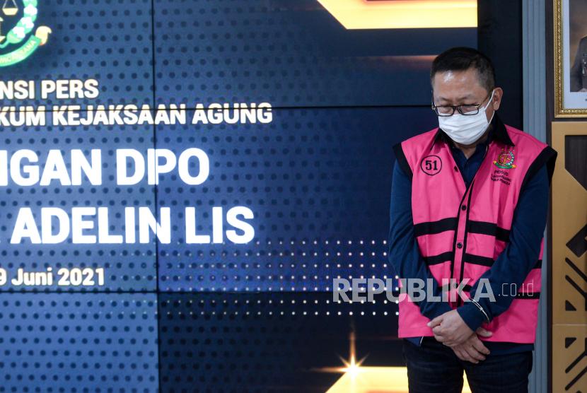 Buronan Kejaksaan Agung Adelin Lis dihadirkan saat konferensi pers terkait pemulangan DPO Adelin Lis di Aula Penerangan Hukum Kejaksaan Agung, Jakarta, Sabtu (19/6). Buronan kejaksaan agung selama 13 tahun tersebut ditangkap otoritas Bandara Singapura dan dipulangkan secara deportasi akibat menggunakan paspor dengan data palsu. Adelin Lis terlibat kasus pembalakan liar dan dijatuhi hukuman 10 tahun penjara serta denda Rp119 miliar oleh Mahkamah Agung pada 2008. Republika/Thoudy Badai