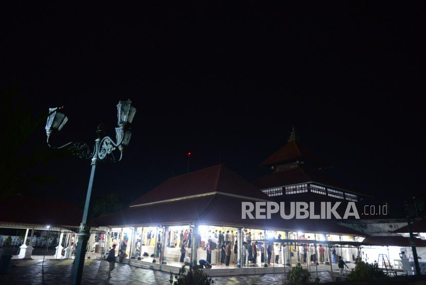 Jamaah menunaikan shalat tarawih di Masjid Gede Kauman, Yogyakarta, Senin (12/4). Masjid Gede Kauman kembali menyelenggarakan shalat tarawih berjamaah pada Ramadhan 1442 H. Namun jamaah dibatasi hanya untuk warga sekitar masjid dan menerapkan protokol kesehatan Covid-19 ketat.
