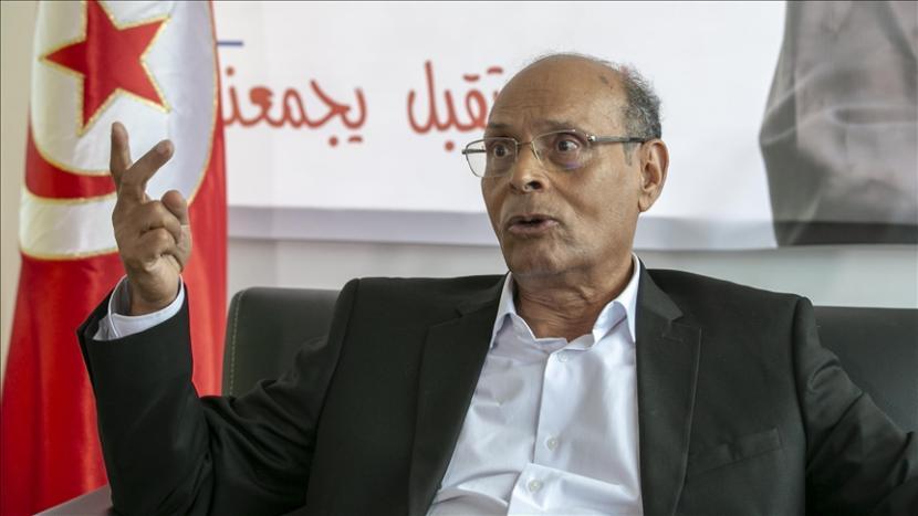 Presiden Tunisia Kais Saied membubarkan pemerintah dan membekukan parlemen.