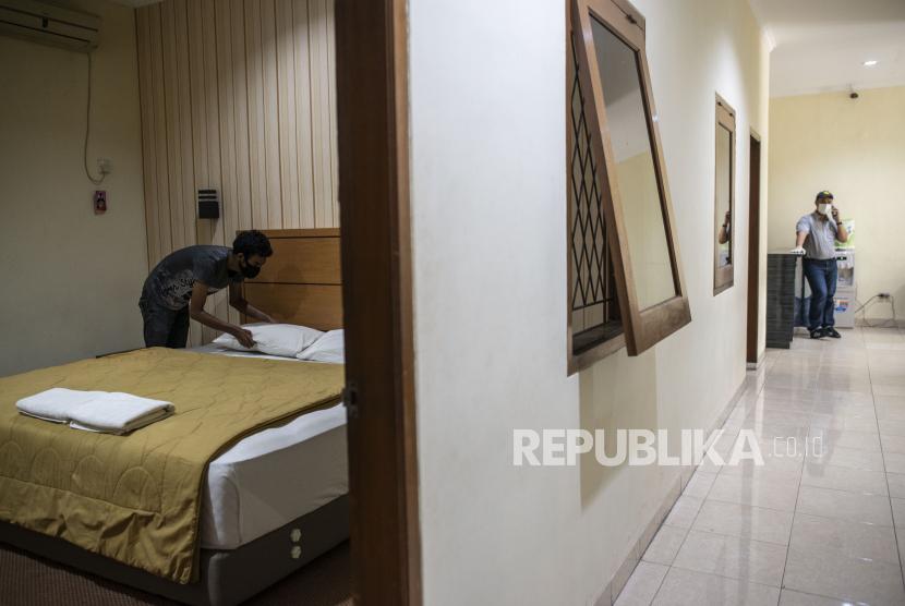 Pekerja merapikan tempat tidur di area hotel di SMK Negeri 27 Jakarta, Selasa (21/4/2020).Menteri Pariwisata dan Ekonomi Kreatif/Kepala Badan Pariwisata dan Ekonomi Kreatif Wishnutama Kusubandio memastikan realokasi anggaran di sektor pariwisata dan ekonomi kreatif tepat sasaran.