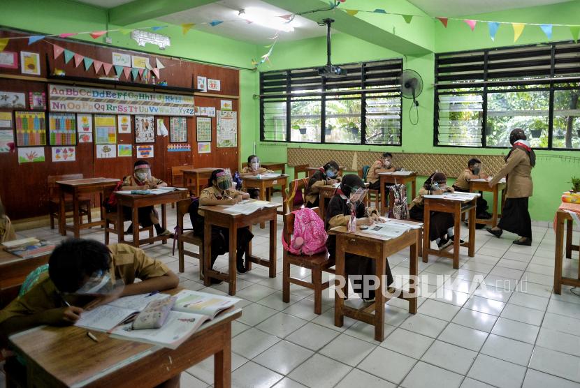 Siswa mengikuti uji coba pembelajaran tatap muka pada hari pertama (ilustrasi)