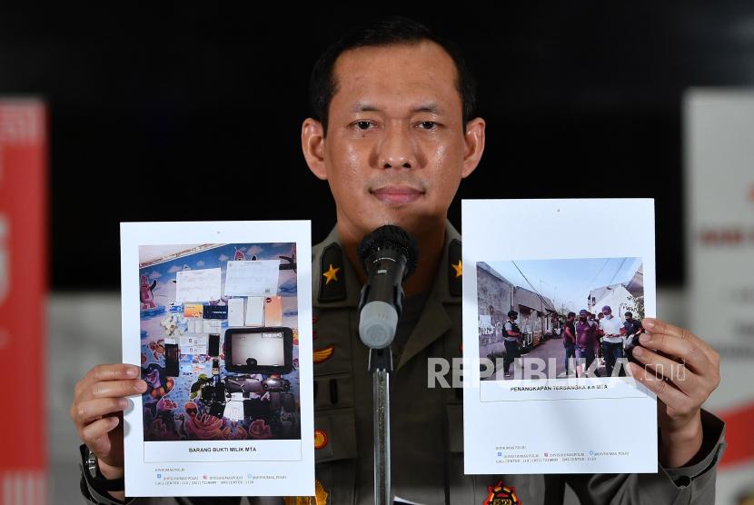 Kepala Biro Penerangan Masyarakat Polri Brigjen Pol Awi Setiyono menunjukkan barang bukti terkait penangkapan terduga teroris di Kantor Bareskrim Polri, Jakarta beberapa waktu lalu.