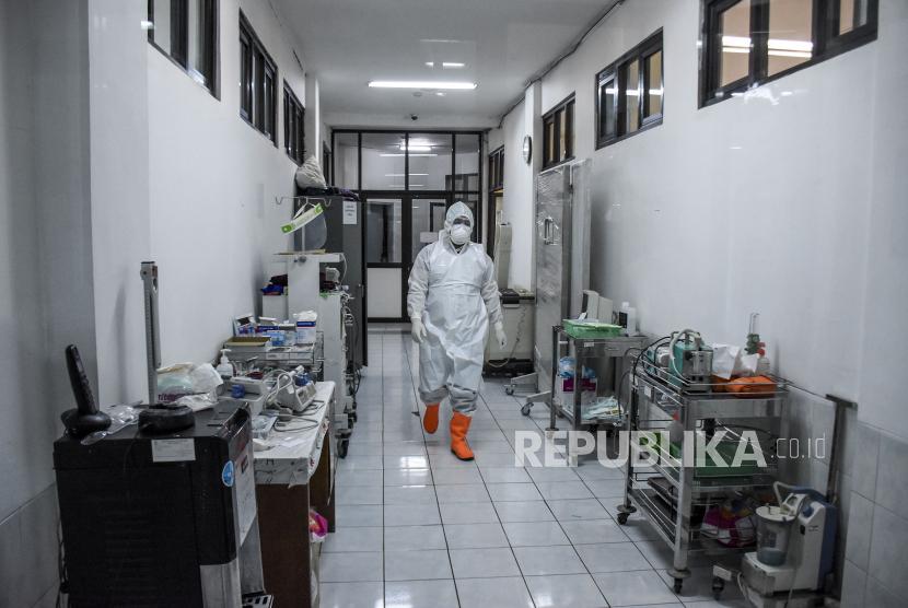 Tenaga kesehatan mengenakan alat pelindung diri (APD) beraktivitas di Ruang Isolasi Khusus (RIK) di Rumah Sakit Umum Daerah (RSUD) Kota Bandung, Jalan Rumah Sakit, Kota Bandung, Selasa (27/7).