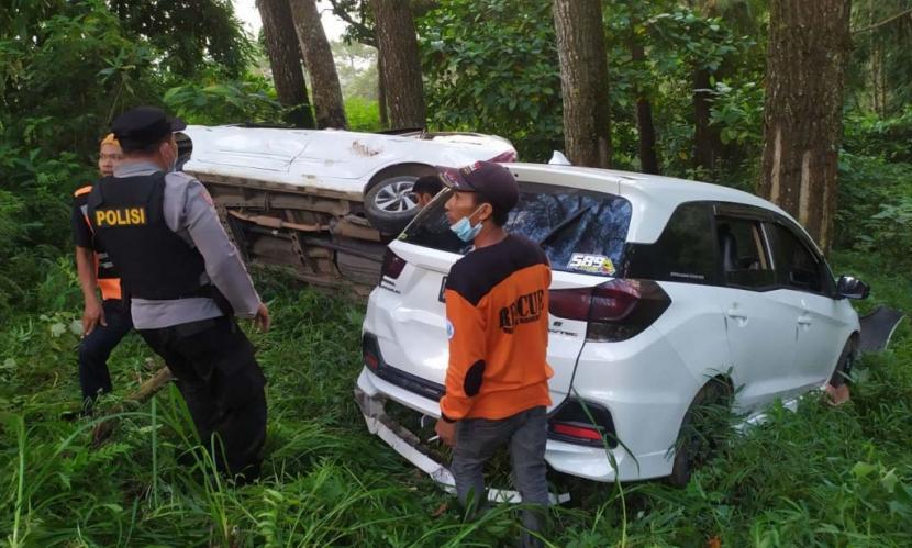 Avanza dan Mobilio Terjun ke Jurang di Cangar Mojokerto, Dua Orang Terluka