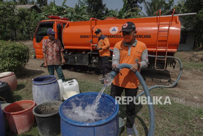 15 Desa di Kabupaten Cilacap Alami Kesulitan Air Bersih. Ilustrasi bantuan air bersih.