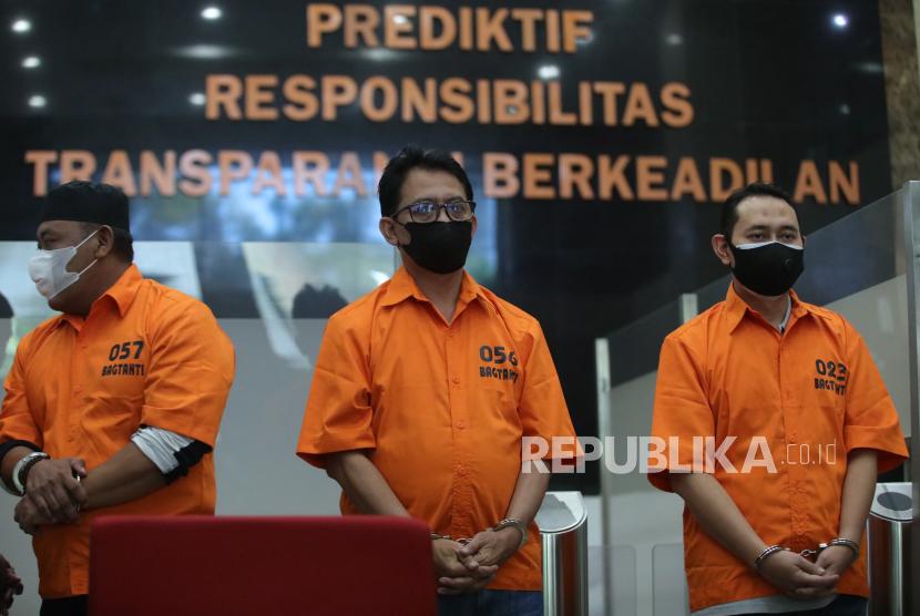 Tersangka Bupati Nganjuk NRH (kanan) dan tersangka lainnya dihadirkan saat konferensi pers OTT Bupati Nganjuk di Bareskrim Polri, Jakarta, Selasa (11/5/2021). Dittipikor Bareskrim Polri dan KPK mengamankan Bupati Nganjuk NRH dalam sebuah operasi tangkap tangan (OTT) dan menyita sejumlah barang bukti berupa uang tunai Rp647,9 juta yang diduga hasil tindak pidana jual beli jabatan dari brankas pribadi Bupati Nganjuk dan telah menetapkan enam tersangka lainnya dalam kasus tersebut.