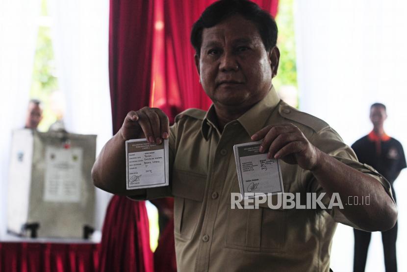 Ketua Umum Partai Gerindra Prabowo Subianto menunjukan surat suara saat pencoblosan Pilkada serentak 2018 di TPS 017, Desa Bojong Koneng, Babakan Madang, Bogor, Jawa Barat, Rabu (27/6).