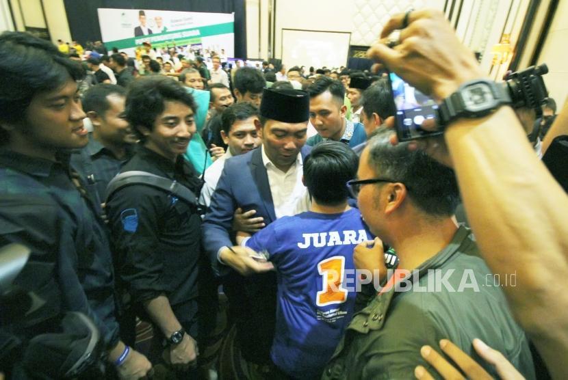 Calon Gubernur Jawa Barat Ridwan Kamil (Emil) mendapatkan ucapan selamat dari para pendukungnya, di Hotel Papandayan, Kota Bandung, Rabu (27/6).