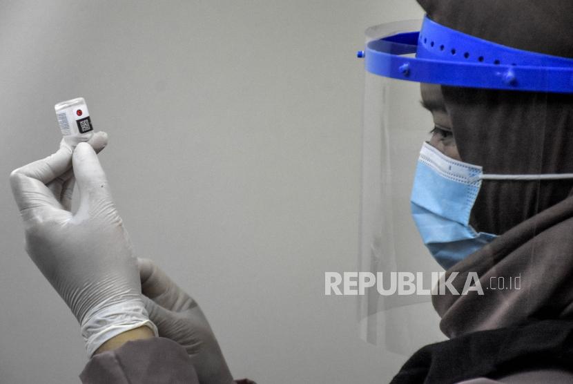 Vaksinator bersiap melakukan vaksinasi Covid-19