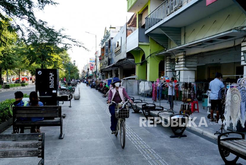 Wisatawan menghabiskan sore di kawasan Malioboro, Yogyakarta, Senin (27/9).