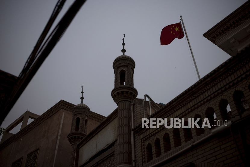 Bendera China berkibar pada sebuah masjid di kota tua di Kashgar, Daerah Otonomi Uyghur Xinjiang, China. Ilustrasi.